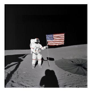 Art Mural En Acrylique L'astronaute se tient prêt le drapeau des