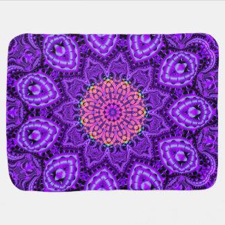 Art pourpre fleuri de kaléidoscope de vibrations couvertures pour bébé