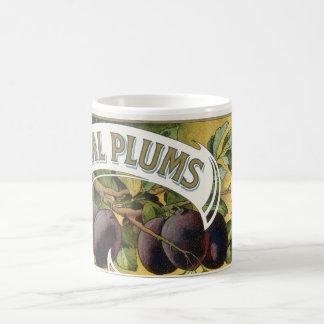 Art vintage d'étiquette de caisse de fruit, prunes mug