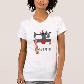 Artiste de métier avec la machine à coudre vintage t-shirt