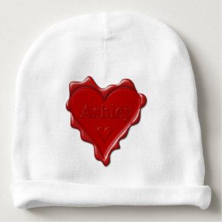 Ashley. Joint rouge de cire de coeur avec Ashley Bonnet De Bébé