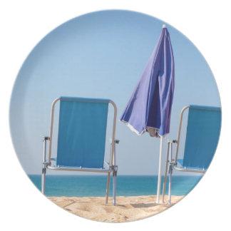 Assiette Deux chaises et parasols de plage bleus à sea.JPG