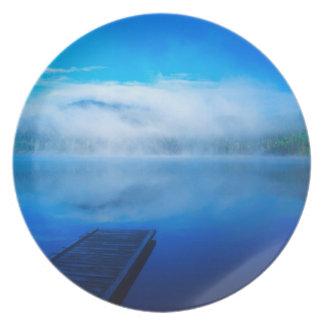 Assiette Dock sur le lac brumeux calme, la Californie