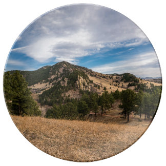 Assiette En Porcelaine Au delà du plat rouge de roches de Boulder