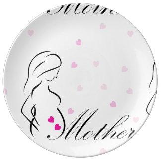 Assiette En Porcelaine Une future mère enceinte avec les coeurs roses
