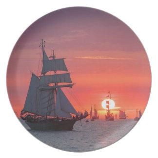 Assiette Grand voilier marchand dans le coucher du soleil