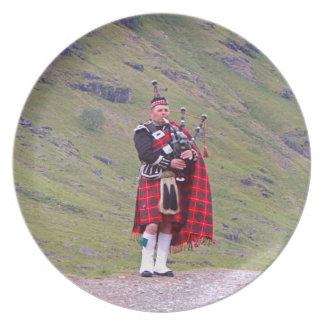 Assiette Joueur de cornemuse écossais solitaire, montagnes,
