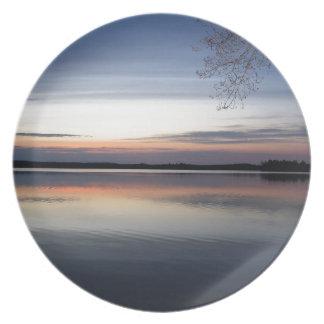 Assiette Les nuages roses réfléchissent sur le lac junior à