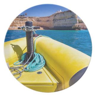Assiette Navigation jaune de bateau vers des roches à