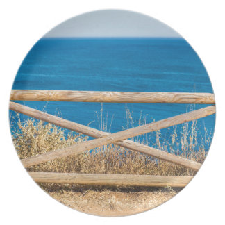 Assiettes En Mélamine Barrière en bois à la côte avec sea.JPG bleu
