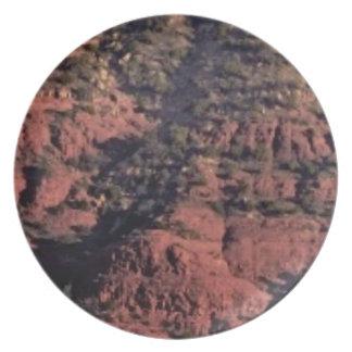Assiettes En Mélamine bosses et morceaux dans la roche rouge