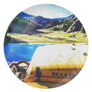 Assiettes En Mélamine Dessus d'une jeep jaune avec des montagnes