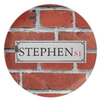 Assiettes En Mélamine La plaque de rue sur le mur de briques