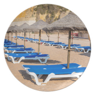 Assiettes En Mélamine Rangées des parasols et de la plage en osier