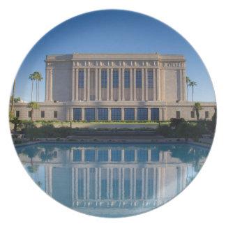 Assiettes En Mélamine Temple de MESA se reflétant dans une piscine bleue