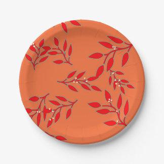Assiettes En Papier Plats avec les baies et le feuille sur l'orange