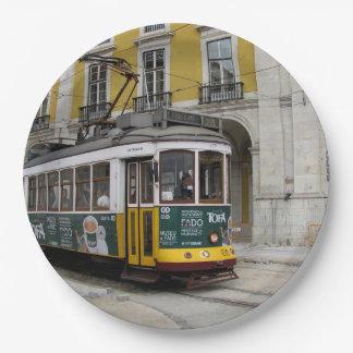 Assiettes En Papier Vue de la tramway jaune célèbre à Lisbonne