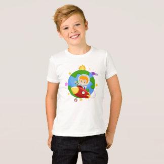 Astronaute d'enfant sur un T-shirt de l'espace de