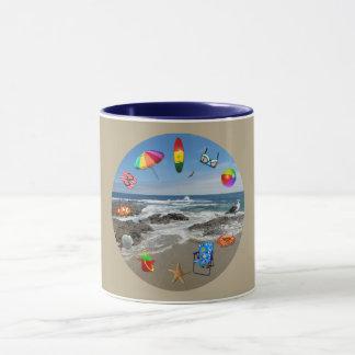 Attaquez avec la plage, océan entouré par des mug
