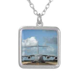 Atterrissage militaire d'avion de charge pendentif carré