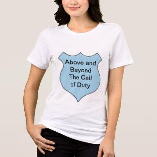 Au-dessus et au delà de l'appel de l'insigne de de t-shirt