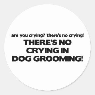Aucun pleurer dans le Groomer de chien Autocollant Rond
