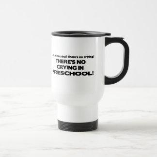 Aucun pleurer dans l'école maternelle mug de voyage