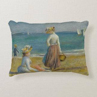 Auguste Renoir - figures sur la plage Coussins Décoratifs