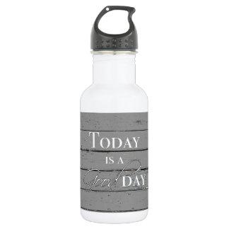 Aujourd'hui est une bouteille d'eau de beau jour