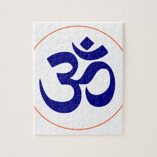 Aum ou symbole de l'OM (bleu avec l'anneau de Puzzle