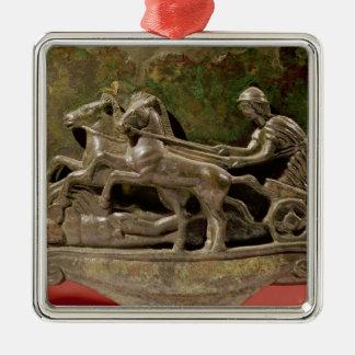 Aurige dans son char, détail d'un cist ornement carré argenté