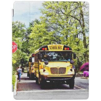 Autobus scolaires au signe d'arrêt au printemps protection iPad