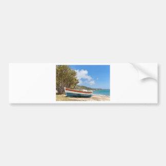 Autocollant De Voiture Bateau coloré se trouvant sur la plage grecque