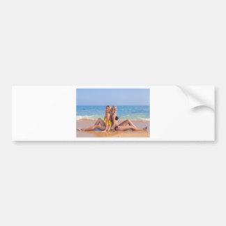 Autocollant De Voiture Deux filles s'asseyent sur la plage près de