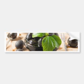 Autocollant De Voiture Olives noires sur une table et des tasses en verre