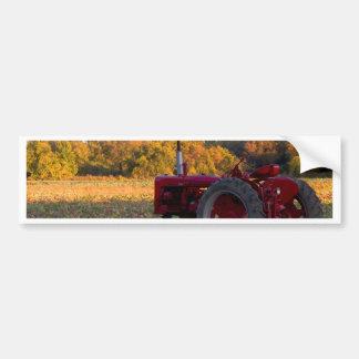Autocollant De Voiture Tracteur dans un domaine de citrouille