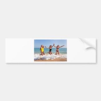 Autocollant De Voiture Trois filles sautant sur la plage près de sea.JPG