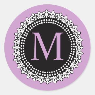 Autocollant pourpre du monogramme M Fleur de lis