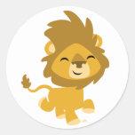 Autocollant rond de lion heureux de bande dessinée