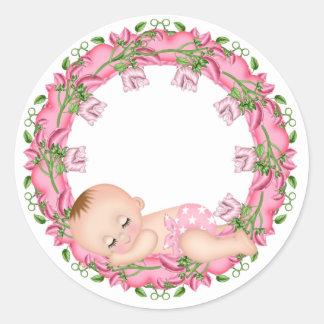Autocollant rose de baby shower avec le bébé
