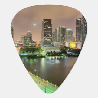 Avances de pont à travers la voie d'eau vers Miami Onglet De Guitare