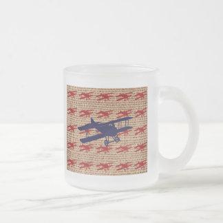 Avion vintage de propulseur de biplan sur la copie mug en verre givré