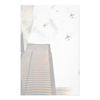 Avions volant au-dessus des bâtiments papiers à lettres