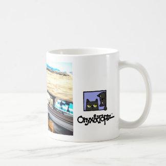 avoine sur un manche à balai à côté de train, oat tasse à café