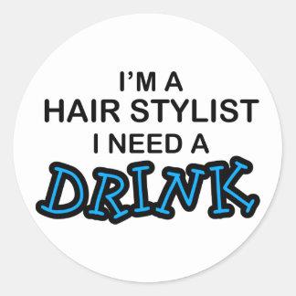 Ayez besoin d'une boisson - coiffeur sticker rond