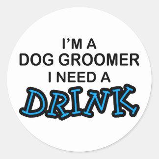 Ayez besoin d'une boisson - Groomer de chien Adhésif Rond