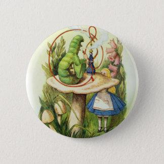 Badge Alice dans le bouton de Caterpillar du pays des me