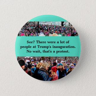 Badge Attendez qui est une protestation