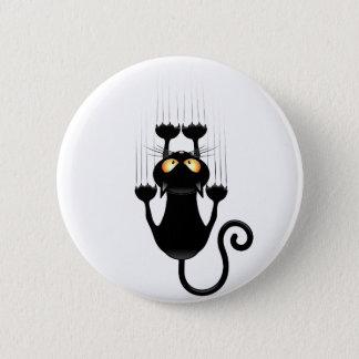 Badge Bande dessinée drôle de chat noir rayant le mur