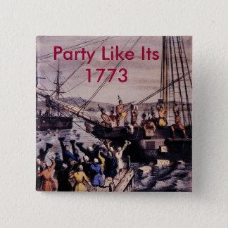 Badge Boston_Tea_Party_Currier_colored, partie l'aiment…
